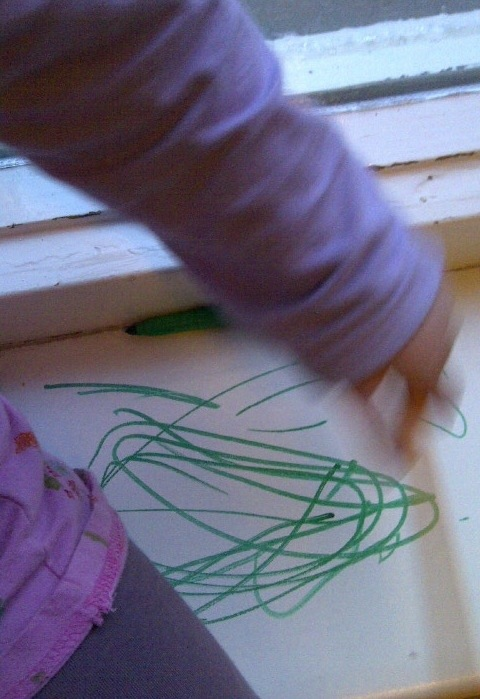 Haar mooiste kunstwerk van vandaag, groene viltstift op witte vensterbank
