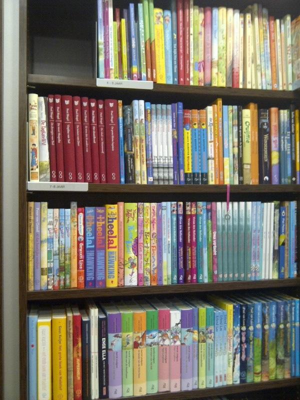 Boeken voor de jongsten op de bovenste plank