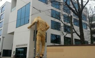 Berlijn lange man hoofd door muur Collegium Hongaricum