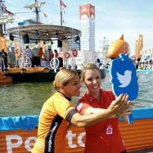 De twittermirror bij het NK waterfietsen met @LeontienNL en @Manon_Comm #SAIL2015 @TwitterNL