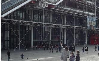 Centre Pompidou moeder wijst aan