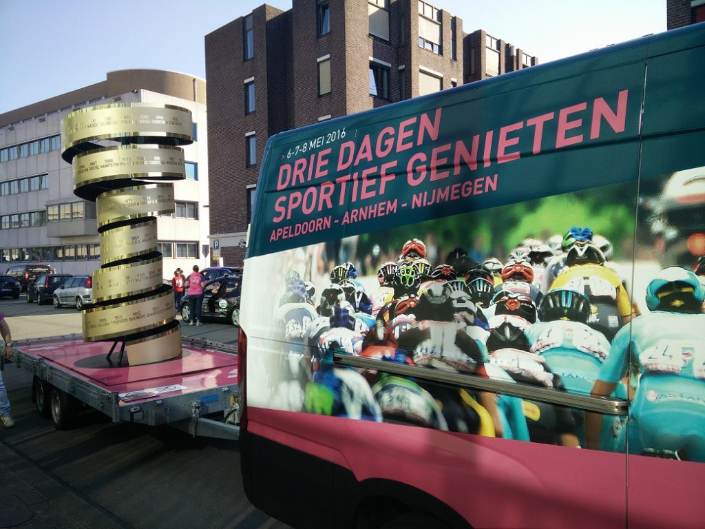Giro 1 trophy in de karavaan