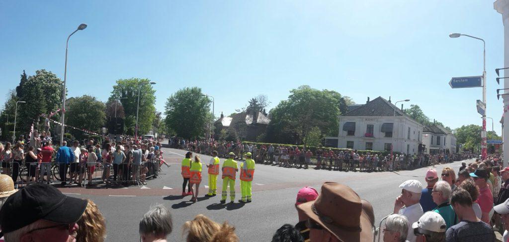 Giro 25 wachten op de kopgroep op het kruispunt
