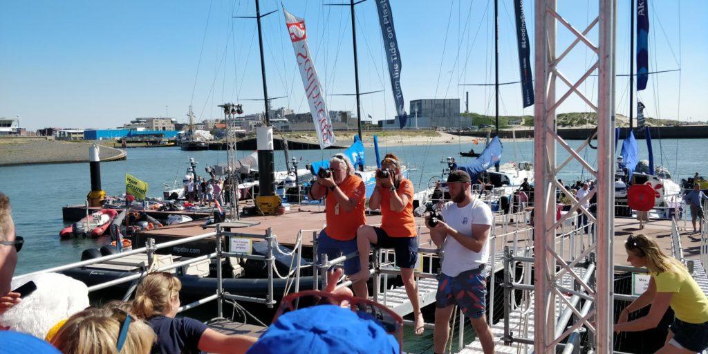 Finish Volvo Ocean Race Den Haag Scheveningen 2018 de foto van de groep vrijwilligers wordt gemaakt