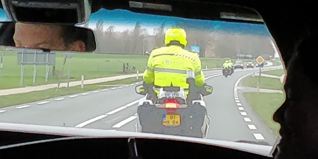 In de limousine escorte door politie - Opkikkerdag