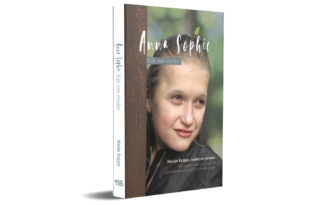 Anna Sophie Cover en rug staand