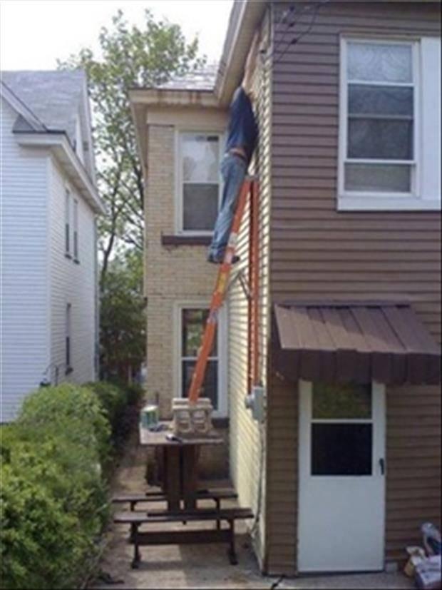 Een ladder op de tafel op de tafel op twee banken. Zo kan je erbij