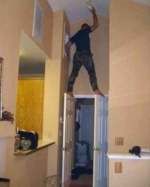 Het plafond schilderen, gewoon even op twee deuren gaan staan