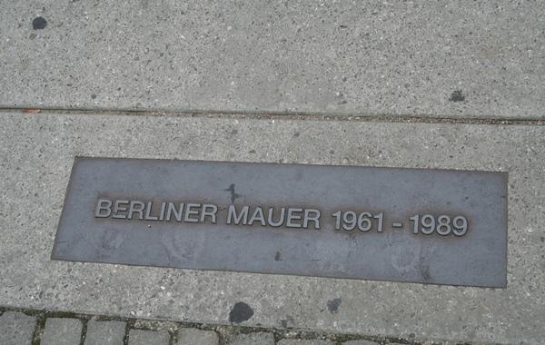 Hiermee is aangegeven waar de muur stond. Berlijn