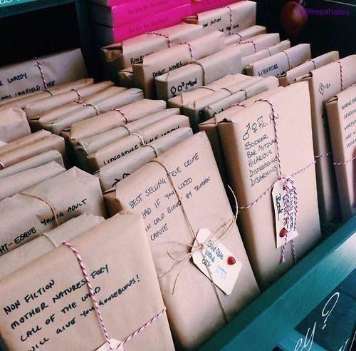 Ingepakte boeken met beschrijving op de verpakking