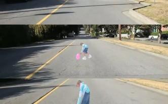 Langzamer rijden. Zie je dat. Meisje speelt met bal midden op straat