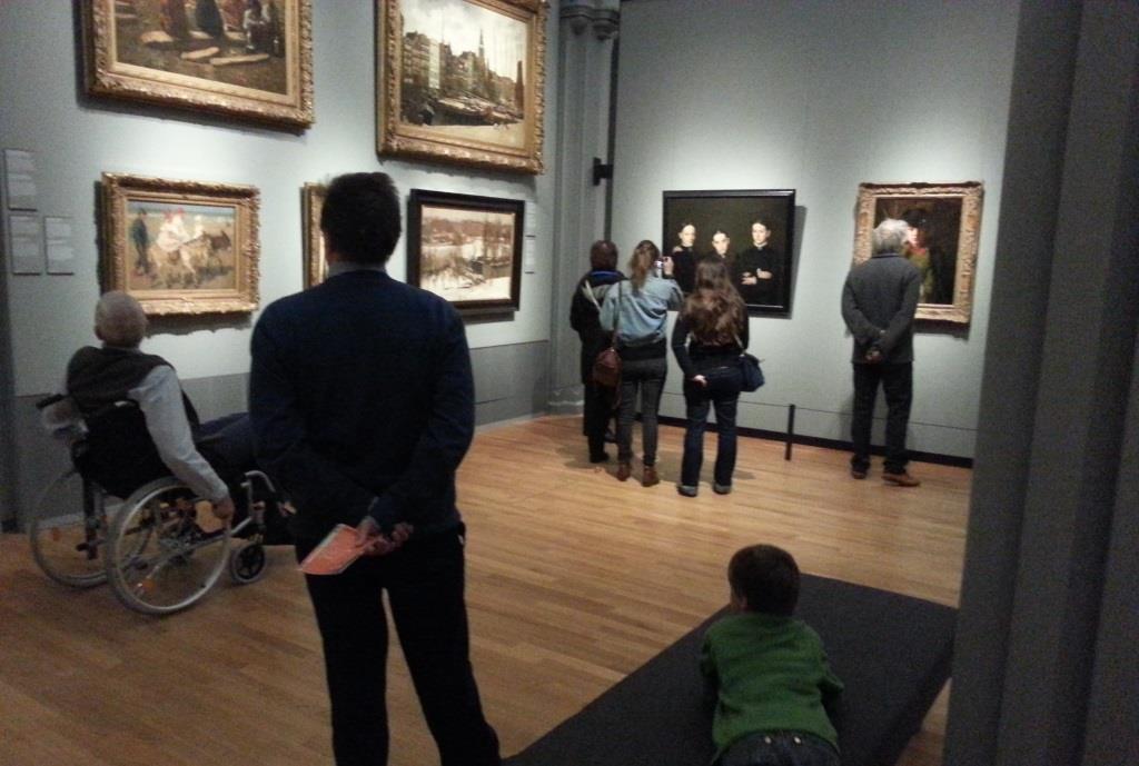 Op zijn buik de schilderijen bekijken