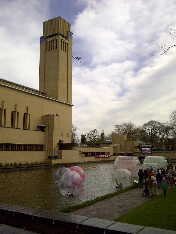 Spelen in de vijver bij het Raadhuis in Hilversum