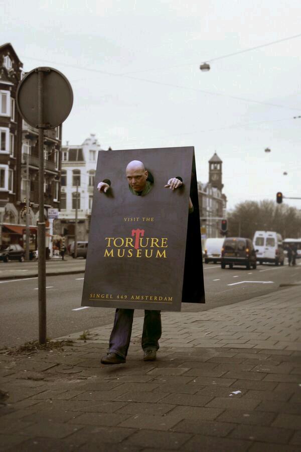 Stoepbord lopend (torture museum)