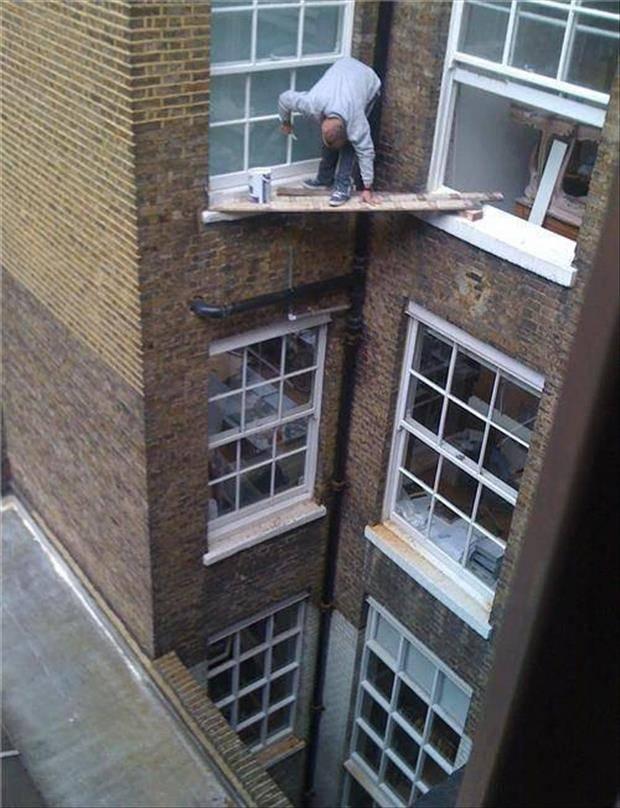 Twee vensterbanken, een hoek. Een plank en schilderen maar op een paar meter boven de grond
