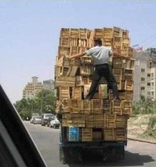 Zet de lading goed vast bij het vervoer. Je collega is een uitstekend alternatief voor spanbanden.
