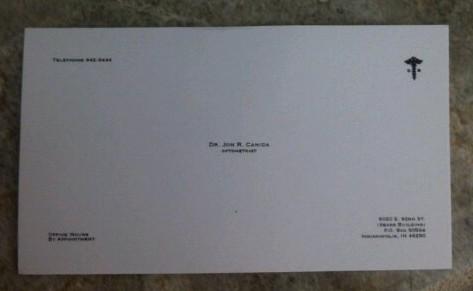 Visitekaartje van een optometrist. Als je het niet kan lezen, moet je naar hem toe.