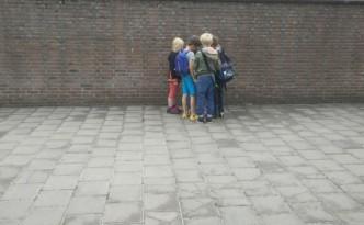 handel op het schoolplein in kaartjes van Albert Heijn en Freek Vonk leeg schoolplein