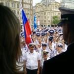 Crewparade groet van de Russische bemanningen aan het bestuur (gezien over de schouder van Arie Jan de Waard, voorzitter Stichting SAIL Amsterdam)