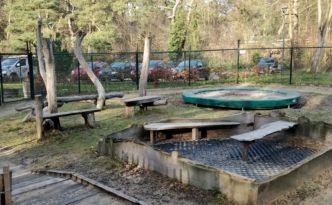 Tuin met trampoline