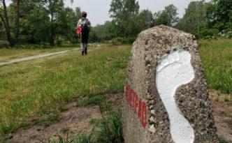 Voetstappenpad Hilversum, de Hoorneboegse heide. Met het routepaaltje en de witte voet.