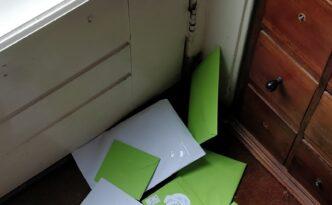 kaarten op de deurmat post