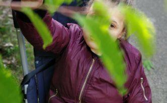 Anna Sophie wandelen struik blad high five