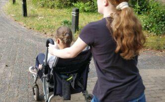 Haar zus duwt de wandelwagen van Anna Sophie