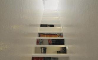 Boekentrap, boeken onder de treden