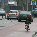 Het regent, dus ze leert fietsen