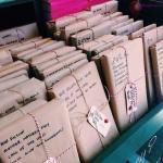Verpakte boeken met een korte review – zou jij zo'n boek kopen?