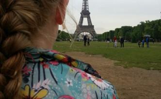 Vlecht in het haar bij de Eiffeltoren