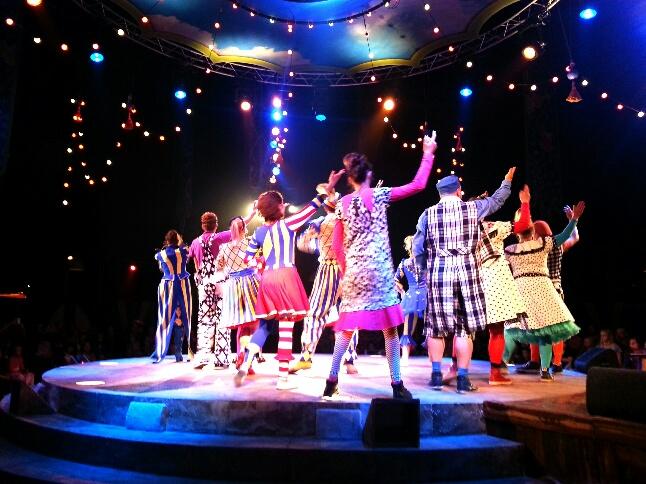 grande finale, alle clowns, acrobaten en muzikanten op het podium