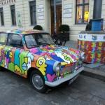 Kleurige Trabant door Thierry Noir in Berlijn