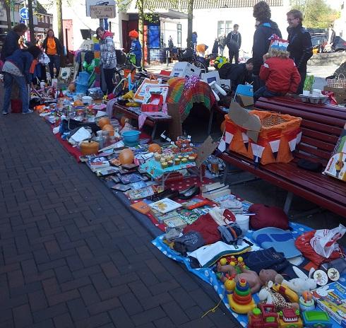 Kleedjes op de vrijmarkt op Koninginnedag