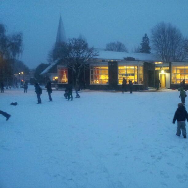 sneeuwballengevecht op het schoolplein
